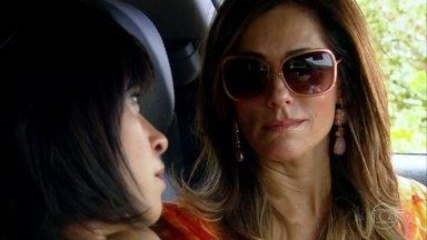 Marcela agoniza enquanto Tereza Cristina assiste - Antes de perder a consciência, a jornalista percebe que caiu em uma armadilha de sua ex-amiga