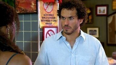 Dagmar acha que Griselda ficou cismada com o suposto namoro de Guaracy - Beatriz vai conversar com Griselda na loja