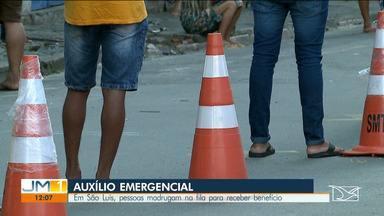 População passa a madrugada na fila para receber auxílio emergencial no Maranhão - Aglomerações também são registradas em frente as agências da Caixa em São Luís.