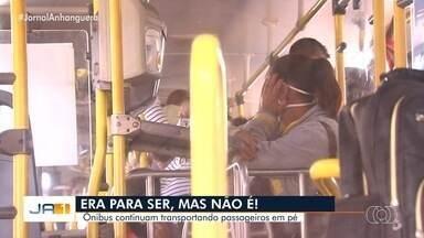 Passageiros do transporte coletivo continuam sendo transportados em pé, em Goiânia - Desde o início da pandemia, os ônibus só podem transportar passageiros sentados.