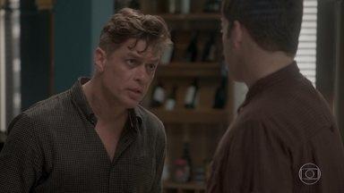 Arthur descobre que Jonatas está em sua casa e o repreende - Eliza reclama ao saber que Arthur proibiu a entrada de Jonatas em sua casa. A ruiva chora em seu quarto e Jonatas vai embora arrasado