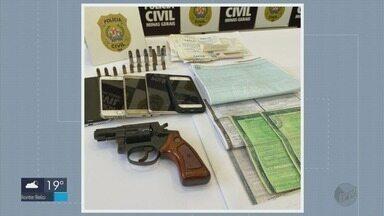 Homem é preso suspeito de falsificar registros de veículos em Santa Rita do Sapucaí - Homem é preso suspeito de falsificar registros de veículos em Santa Rita do Sapucaí