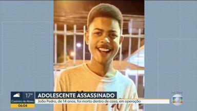 Adolescente de 14 anos é morto durante operação policial em São Gonçalo - João Pedro Mattos Pinto, de 14 anos foi morto durante uma operação conjunta das polícias Federal e Civil no Complexo do Salgueiro, em São Gonçalo, na tarde de segunda-feira (18). O adolescente foi baleado, os pais só encontraram o corpo do filho, horas depois.