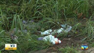 Lixo de clínica odontológica é jogado à beira de rodovia em Santa Inês - Entre os objetos descartados de forma irregular estão frascos vazios, agulhas e outras embalagens.