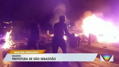Moradores de São Sebastião protestam contra 'megaferiado' - Eles bloquearam rodovia por 2h30 nesta terça.