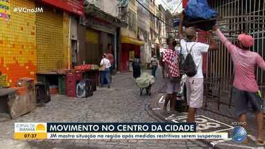Após suspensão de restrições, movimentação é pequena na região do centro de Salvador - Poucos vendedores ambulantes e clientes estão no local. Muitas lojas seguem com portas fechadas.