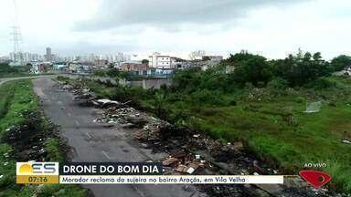 Morador de Vila Velha, ES, reclama de descarte de lixo irregular - Ele pede que o drone do Bom Dia mostre a situação do bairro Araças.