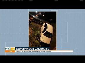 Carro cai em buraco do SAAE, em Governador Valadares - Fato ocorreu no bairro Cidade Jardim. Um guincho precisou ser acionado para retirar o automóvel.