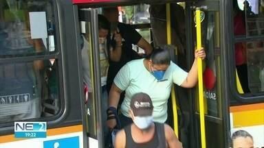Lotação de ônibus coloca em risco quem precisa sair para serviços esenciais - Mesmo com fiscais e PMs em terminais, decretos do governo estão sendo descumpridos