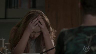 Eliza faz a ogra durante almoço com Artur e Max - Arthur afirma que Eliza precisa mudar os hábitos para vencer o concurso