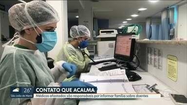 Médicos afastados durante pandemia são responsáveis por informar famílias sobre doentes - Um dos grandes problemas da pandemia é a família conseguir informações dos parentes internados, que ficam isolados, sem poder receber visita. Um hospital particular da Tijuca encontrou uma solução para isso.