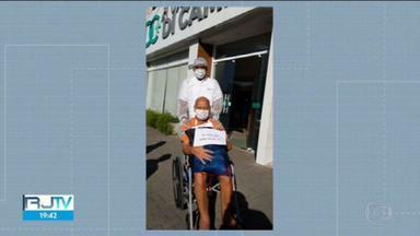 Após 45 dias de internação, paciente de 78 anos deixa o hospital curado da Covid-19 - Devido a problemas nos rins,Seu Valmir teve complicações do novo coronavírus e precisou de cuidados no hospital.