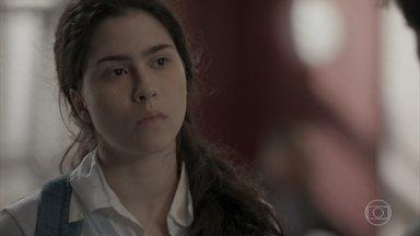 Débora tenta contar para Jonatas que ele foi dopado - Dona Mirthes pede que o rapaz faça uma entrega na revista Totalmente Demais e interrompe a conversa dos dois