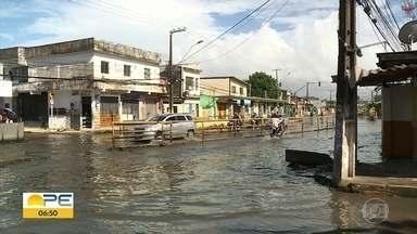 Obras da Avenida Presidente Kennedy devem ser concluídas em agosto de 2021, diz prefeitura - Alagamentos em dias de chuva fazem parte da rotina dos moradores de Olinda.