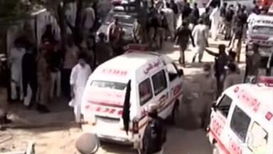 Avião com mais de cem pessoas cai em área residencial em Karachi, no Paquistão - Avião da companhia Pakistan International Airlines, com 107 pessoas a bordo, saiu de Lahore e caiu pouco antes de pousar no Aeroporto de Karachi. Informações iniciais são de que o piloto teria tentado pousar pelo menos duas vezes antes do acidente.