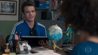 Jota dá um computador para Dóris entregar para Ellen - Ele pede pra dizer que é um presente da escola, mas ela se sente desconfortável