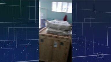 Amazonas enfrenta dificuldades de atendimento a doentes em cidades menores - A doença avança em velocidade para o interior. Enquanto isso, no Hospital Municipal de Tonantins, a 863 quilômetros de Manaus, um aparelho de raio X e um respirador estão guardados na caixa, novos, há mais de um mês,