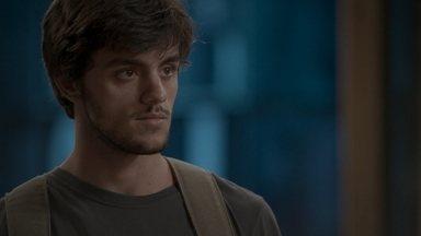 Jonatas afirma a Eliza que foi dopado na festa - Arthur se irrita ao ver o rapaz na Totalmente Demais