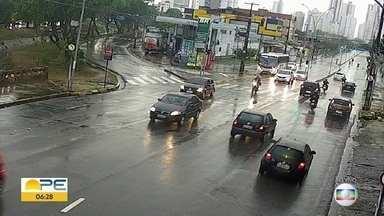 Avenidas do Recife registram movimento de carros em meio à quarentena mais rígida - Em bairros como a Várzea, movimento era tranquilo no começo da manhã.