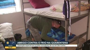 Abrigo contra o frio na quarentena - Operação especial para acolher moradores de rua em São Carlos.