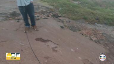 Moradores reclamam de buracos em Samambaia - Pistas de várias quadras da cidade estão esburacadas, causando prejuízo para os motoristas.