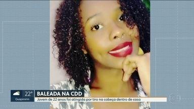 Jovem de 22 anos é baleada na Cidade de Deus - Moradores dizem que havia uma operação da Polícia no local.