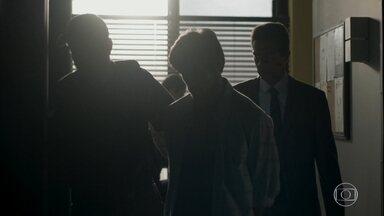 Jonatas chega à delegacia - Zé Pedro pergunta se o rapaz quer que ele avise à família. Jonatas pede apenas que o advogado entre em contato com Eliza