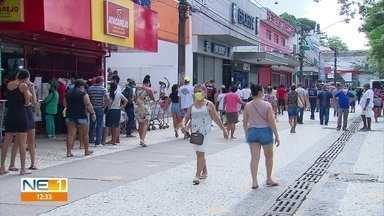 Em Jaboatão, fiscalização para diminuir aglomerações é reforçada, mas ainda há muita gente - Procon-PE fechou 35 estabelecimentos que não fazem parte do comércio de produtos essenciais no mercado público da cidade.