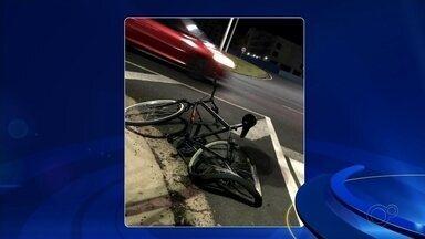 Ciclistas são atropelados por carro em avenida de Rio Preto - A câmera de segurança de um condomínio registrou o atropelamento de dois ciclistas em São José do Rio Preto (SP) na noite desta quarta-feira (27).