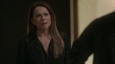 Lili se desespera ao ver Fabinho sendo levado para a delegacia - Fabinho se decepciona com atitude de Leila e Jamaica, por terem escolhido incriminá-lo para provar a inocência de Jonatas