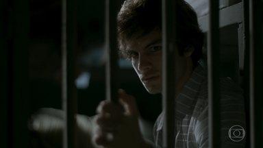 Fabinho passa a noite na cadeia - Lili acusa o marido de abandonar o filho