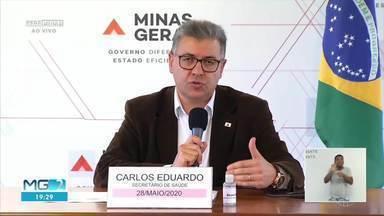 Secretário de Estado de Saúde de MG, diz que novo pico da pandemia passou para julho - Carlos Eduardo Amaral disse que o número de casos tem seguido a previsão do governo mas que, se a pandemia sair do controle, as medidas de isolamento podem ser mais rígidas.