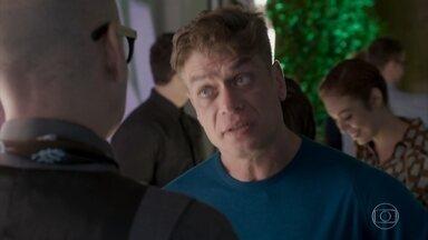 Pietro coloca Arthur contra a parede para defender Carolina - Dorinha decide levar Carolina para comer empadinhas no bar de Hugo