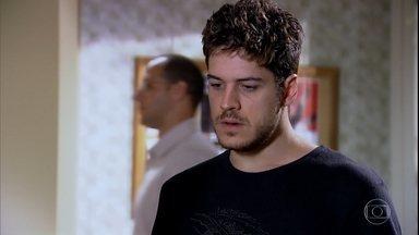 Rafael se entrega à polícia - Ele assume seus crimes. Amália diz que vai esperá-lo. Feliz e abalada ao mesmo tempo, a jovem conversa com a mãe para se certificar de que está fazendo a coisa certa