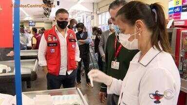 Bagé testa por amostragem funcionários do comércio para observar avanço do coronavírus - Durante as visitas das equipes de saúde, os profissionais também são vacinados contra a gripe.