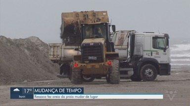 Caminhões retiram areia que invadiu canal após ressaca em Santos - Ressaca fez areia da praia invadir canais da cidade. Prefeitura trabalha para retirar areia nesta terça.