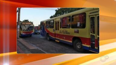 Rio Preto terá ônibus extras no terminal urbano para evitar aglomerações - A partir desta quinta-feira (4), a Secretaria de Trânsito vai reforçar as linhas diárias do transporte coletivo e também colocar ônibus extras tanto no terminal urbano quanto em pontos de ônibus para evitar as aglomerações em Rio Preto.