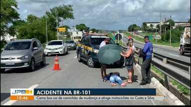 Motociclista é atingido por cama na BR-101 - Cama teria caído de caminhão de mudança e atingiu motociclista.