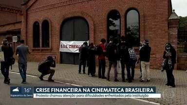 Protesto chamou atenção para crise financeira da Cinemateca Brasileira - Prédio na Vila Mariana acumula contas de luz sem pagar. Salários dos funcionários estão atrasados.