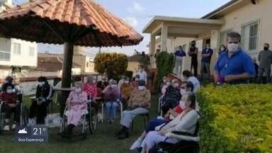 Idosos recebem visita surpresa de banda da Polícia Militar de Pouso Alegre - Idosos recebem visita surpresa de banda da Polícia Militar de Pouso Alegre