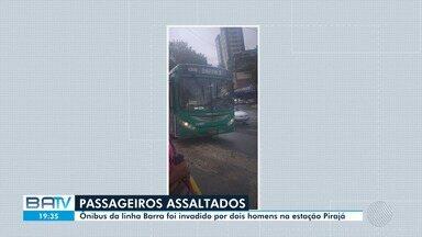 Bandidos assaltam passageiros do coletivo da linha Barra 3, nesta sexta-feira - Ônibus da linha Barra foi invadido por dois homens na estação Pirajá.