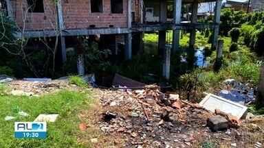 Vídeo mostra acúmulo de água em terrenos abandonados em bairros de Maceió - Situação coloca em risco saúde da vizinhança.