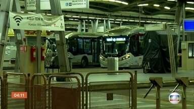Área do transporte encontra dificuldades durante a pandemia em SP - A cidade tem cerca de 13 mil ônibus e ontem rodaram cerca de 9,2 mil. Para essa etapa de ninguém viajar em pé, foram reservados mais dois mil ônibus que serviriam para ajustes, e 784 coletivos acabaram indo para as ruas.