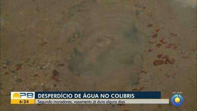 Desperdício de água no bairro dos Colibris, em João Pessoa - Segundo moradores, vazamento já dura alguns dias.