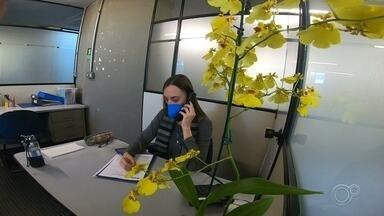 CVV ouve e aconselha moradores em Sorocaba durante a pandemia - Tudo isso que estamos passando nesta pandemia mexe com a gente. É preciso ficar atento para saber quando é hora de pedir ajuda. Fique de olho na sua família, no amigo, vizinho. Em Sorocaba (SP), tem gente pronta para ouvir e aconselhar. É só pegar o telefone.