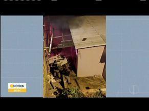 Mulheres são presas por incendiar casa em Teófilo Otoni - Crime encomendado foi no bairro Vila Santa Clara. Autora se queimou com as chamas e foi socorrida; mandante queria expulsar atual moradora da casa.