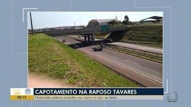 Capotamento é registrado na Rodovia Raposo Tavares - Motorista estava sozinho no carro e não se feriu.