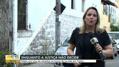 Prédio abandonado vira alvo de vândalos em Bairro de Lourdes, Vitória - Moradores ficam preocupados com a insegurança no local.