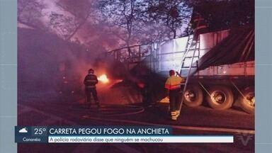 Carreta pega fogo e interdita parcialmente rodovia em Cubatão - Polícia Rodoviária disse que ninguém ficou ferido no acidente.