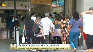 Primeiro sábado de comércio aberto no Rio tem fila antes da abertura de shopping - Na entrada, os funcionários medem a temperatura dos consumidores, tem tapete para higienizar os sapatos e dispenser de álcool em gel na porta.